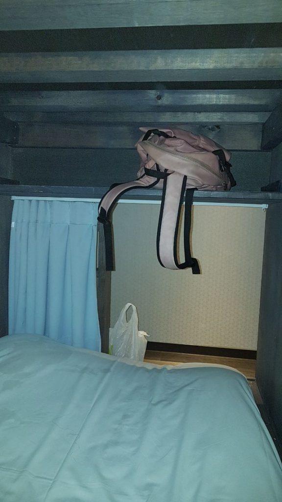 由床頭往出口拍攝的視角,上方設有收納處