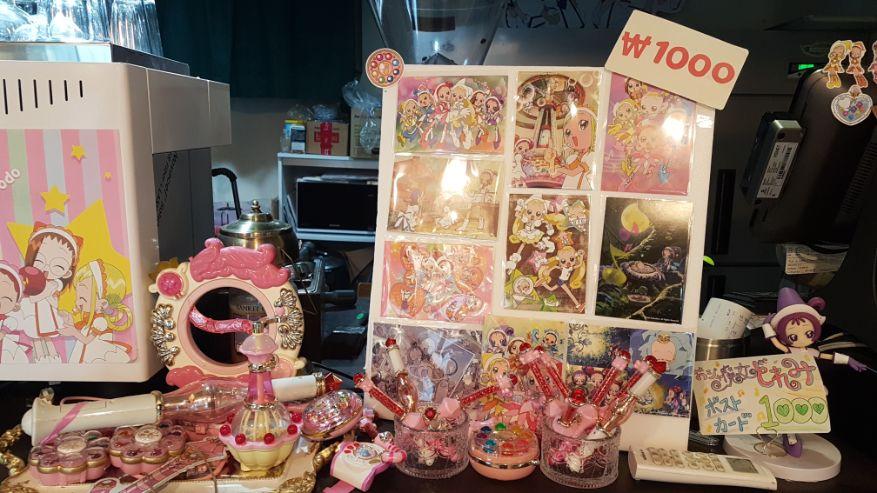 櫃台旁的展示品及玩具